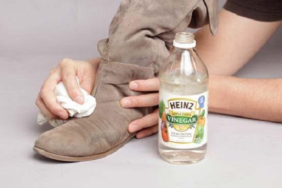 cách vệ sinh giày da lộn bằng giấm