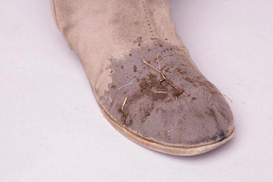 cách vệ sinh giày da lộn bằng chất tẩy rửa chuyên dụng