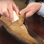 Cách vệ sinh giày da lộn đơn giản, hiệu quả